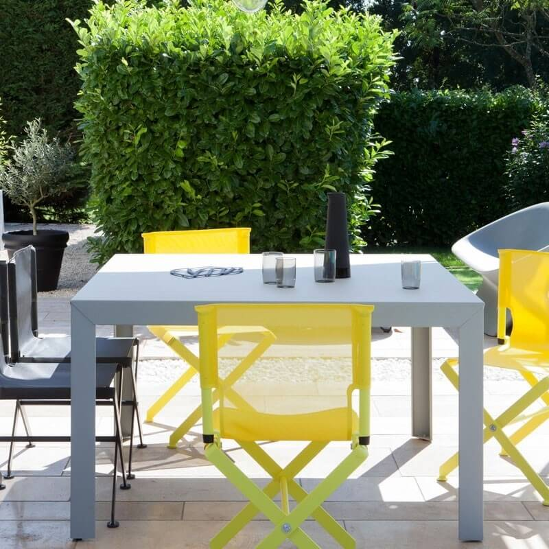 table de jardin carree elegant table de jardin carre et fauteuils en mtal with table de jardin. Black Bedroom Furniture Sets. Home Design Ideas